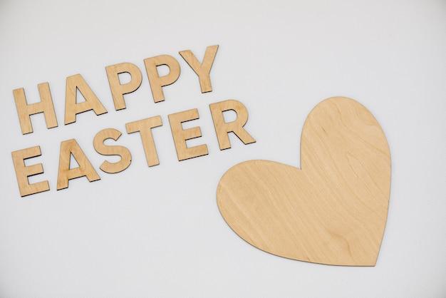 Buona pasqua in lettere di legno con cuore di legno