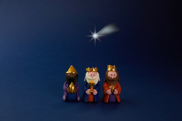 Felice giorno dell'epifania. stella della formica di tre uomini saggi sull'azzurro