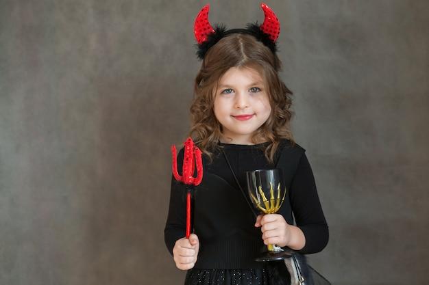 Felice bambina europea in maledetto costume di halloween