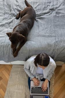 Felice donna europea e il suo cane labrador retriever a casa