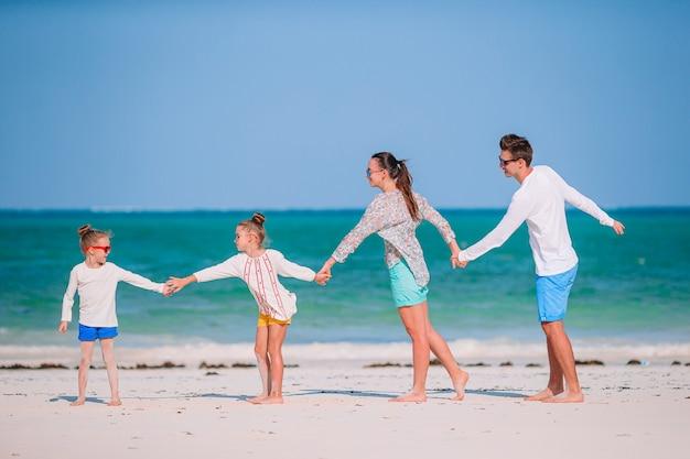 Famiglia felice su una spiaggia durante le vacanze estive