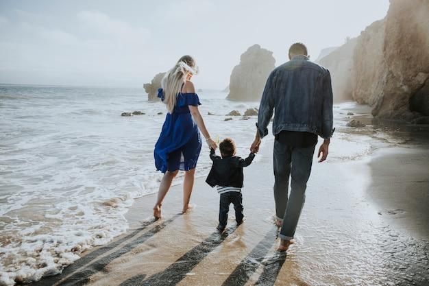 Famiglia felice in una spiaggia