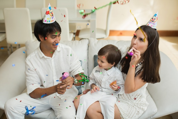 La famiglia felice celebra il compleanno del figlio