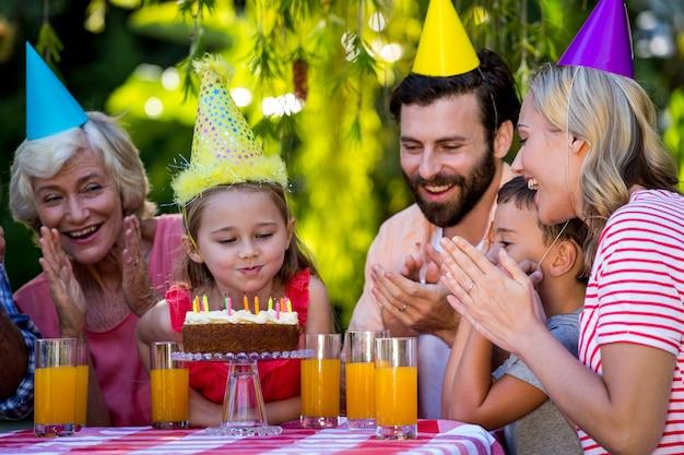 Famiglia felice festeggia il compleanno della ragazza