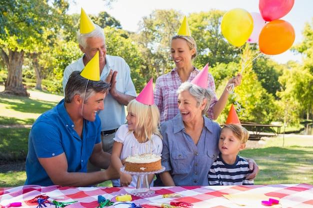 Famiglia felice che celebra un compleanno