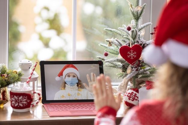 Famiglia felice che celebra le vacanze di natale online tramite chat video in quarantena. blocco stare a casa concetto. festa di natale durante la pandemia coronavirus covid 19