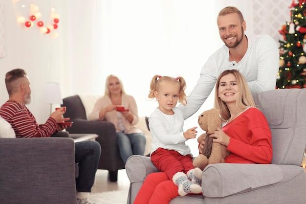 Famiglia felice che festeggia il natale a casa
