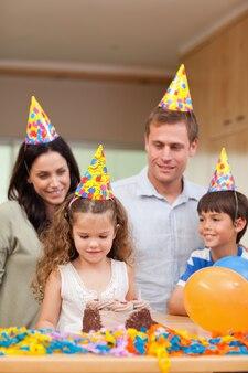 Famiglia felice che celebra il compleanno delle figlie