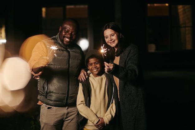 Famiglia felice che celebra le vacanze