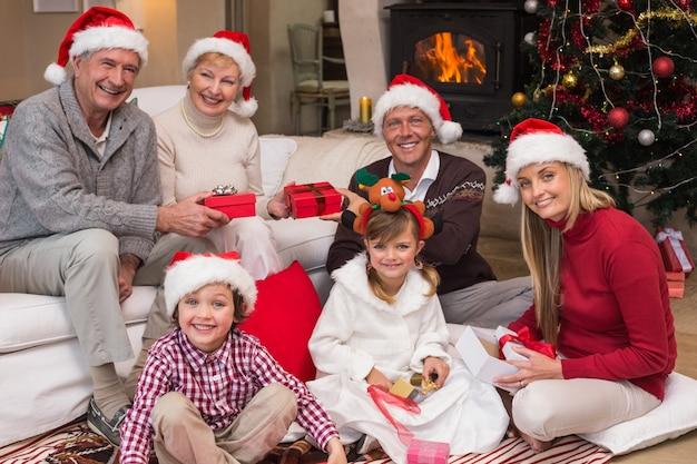 Famiglia felice a regali di partecipazione di natale