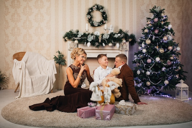 Famiglia felice a natale con i regali