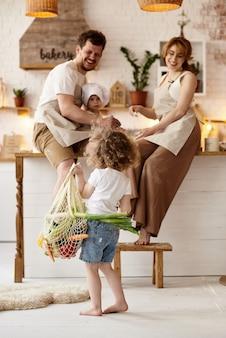 Famiglia felice che cucina in cucina