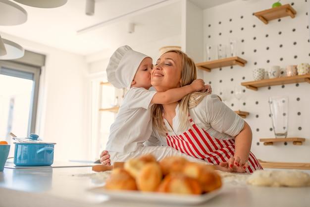 Famiglia felice che cucina insieme