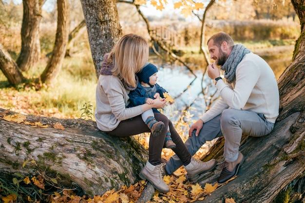 Coppie felici della famiglia con il loro figlio che trascorrono tempo alla natura