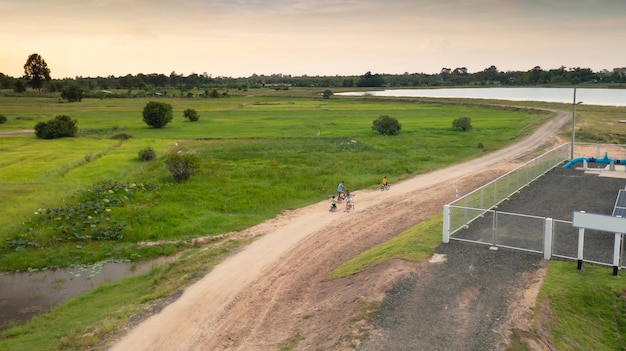 Famiglia felice in bicicletta all'aperto, genitori attivi con bambini che si divertono, sport e fitness in famiglia, veduta aerea dall'alto