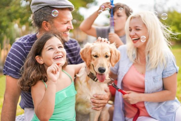 Famiglia felice che fa picnic in natura all'aperto