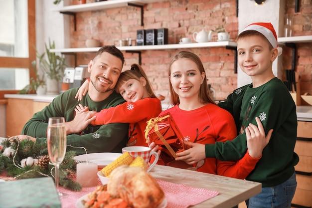Famiglia felice durante la cena di natale a casa