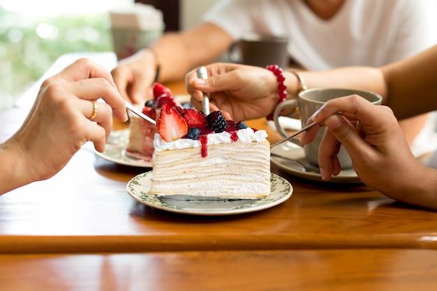 La famiglia felice si diverte a mangiare la torta di crape