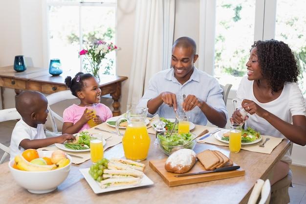 Famiglia felice che gode insieme di un pasto sano
