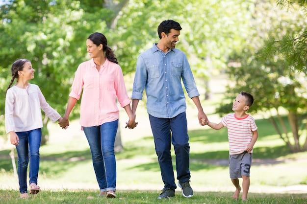 Famiglia felice che gode insieme nel parco