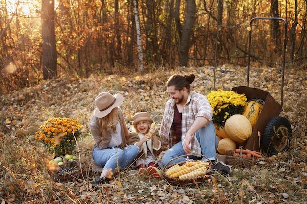 Felice famiglia di agricoltori a un picnic in autunno