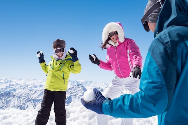 Famiglia felice in lotta con le palle di neve