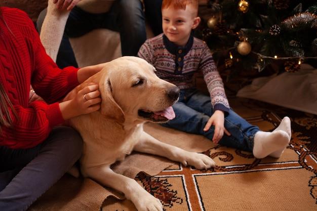 Una felice famiglia di quattro persone e un cane festeggiano il nuovo anno