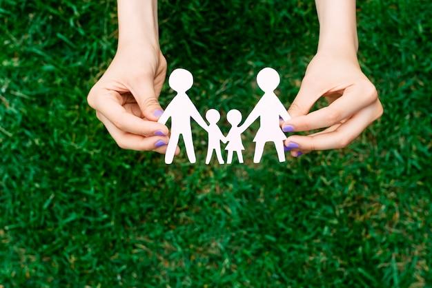 Famiglia felice di quattro persone