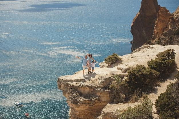 Felice famiglia di quattro persone che camminano in montagna. concetto di famiglia. viaggio di famiglia.
