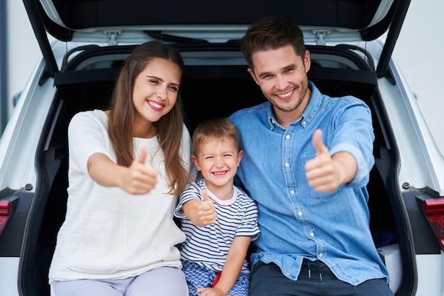 Famiglia felice che va a fare un viaggio in auto