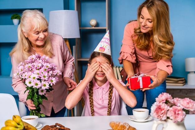 Famiglia felice che fa colazione la mattina a casa e celebra il giorno della nascita
