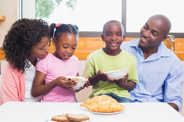 Famiglia felice facendo colazione insieme al mattino