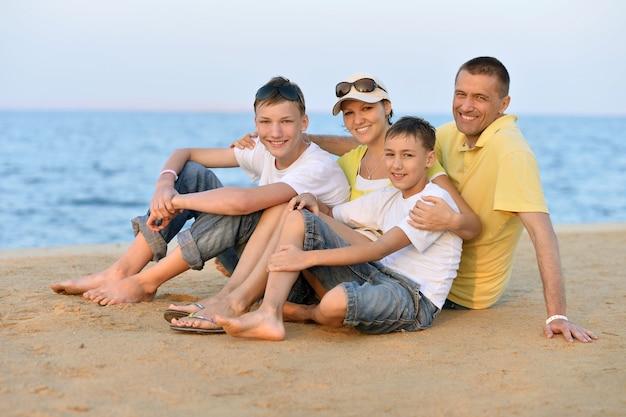 Famiglia felice che si diverte al resort di vacanza vicino alle palme