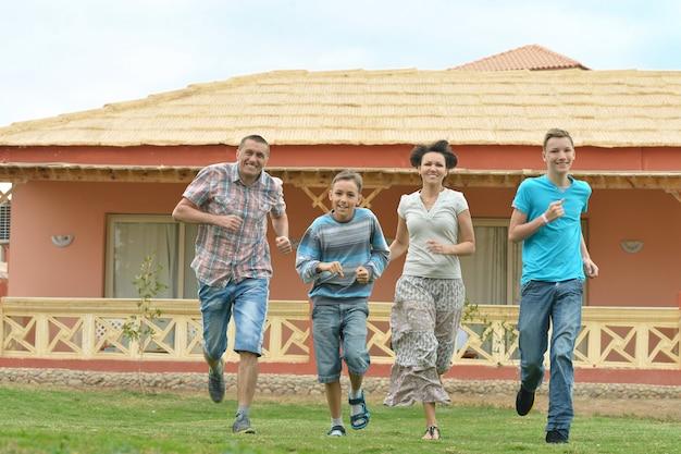 Famiglia felice che si diverte al resort di vacanza