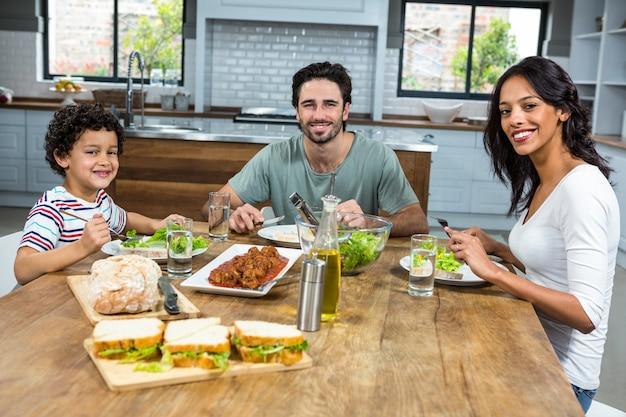 Famiglia felice pranzando insieme