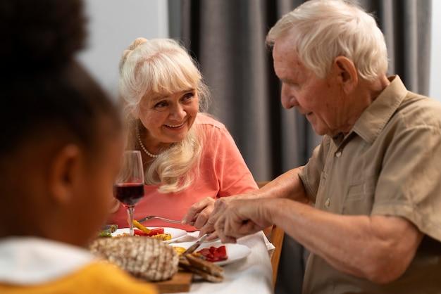 Famiglia felice che ha una bella cena del ringraziamento insieme