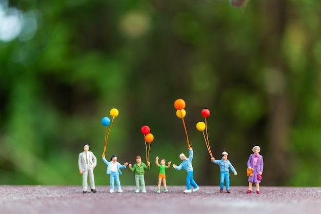 Famiglia felice che tiene palloncini colorati