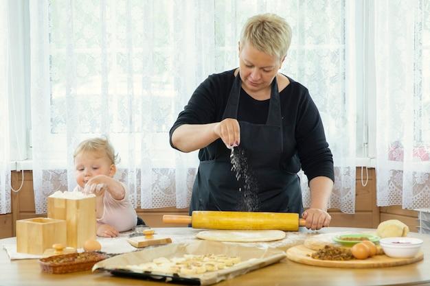 Lavori domestici di famiglia felice