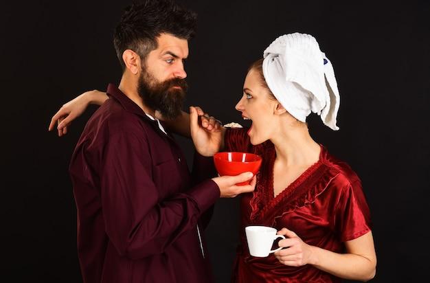 Famiglia felice. marito e moglie fanno colazione insieme. caffè al mattino. concetto di relazione.