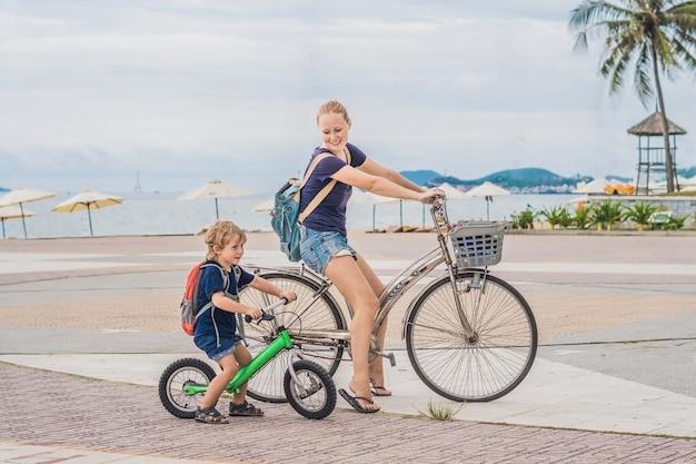 Famiglia felice è andare in bicicletta all'aperto e sorridere