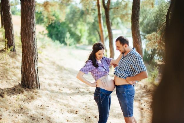 La famiglia felice sta aspettando il loro bambino