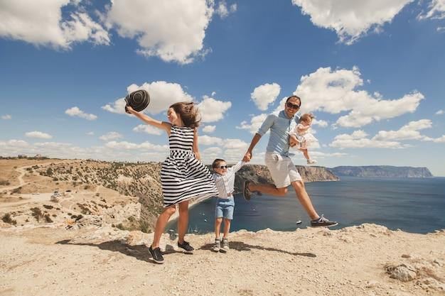 Famiglia felice che salta su simultaneamente