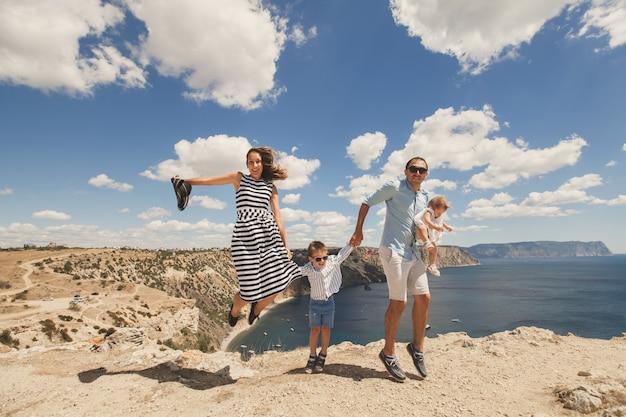Famiglia felice che salta in piedi contemporaneamente