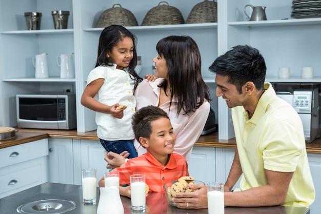 Famiglia felice in cucina pronta da mangiare biscotti