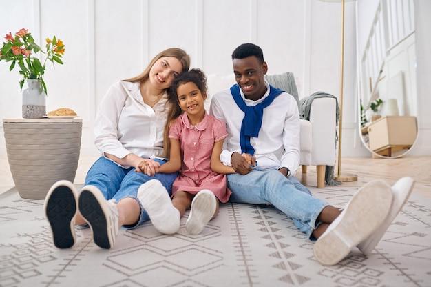 Svaghi felici della famiglia in soggiorno