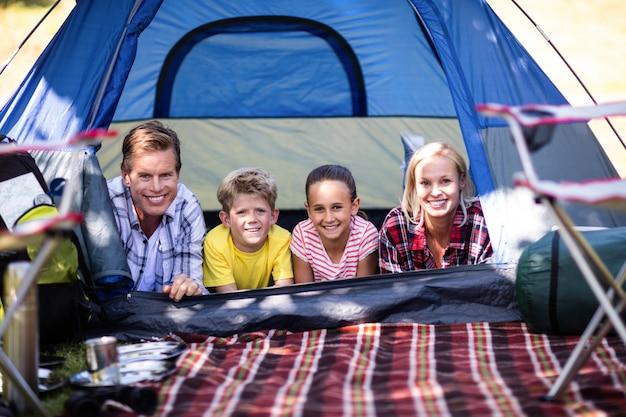 Famiglia felice che giace in una tenda
