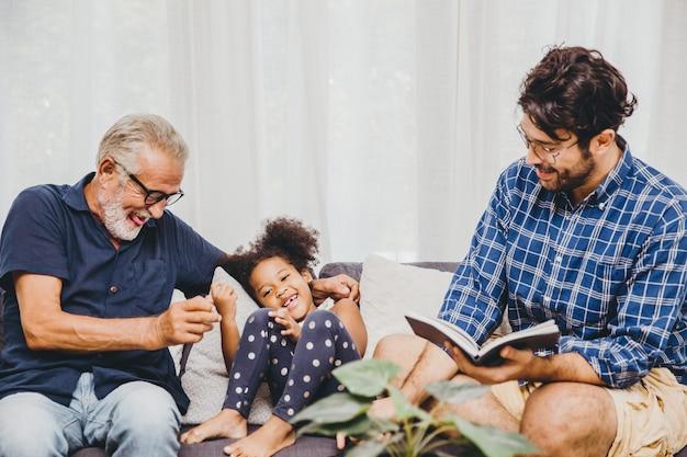 Felice momento della famiglia anziano con bambino bambina e figlio a casa soggiorno momento di felicità.