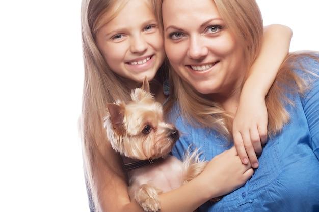 Figlia di madre di famiglia felice e yorkshire terrier