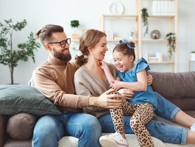 Felice famiglia madre padre e figlia figlia che ridono e si divertono a casa