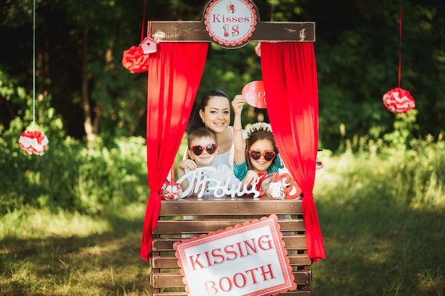 Famiglia felice sul servizio fotografico natura
